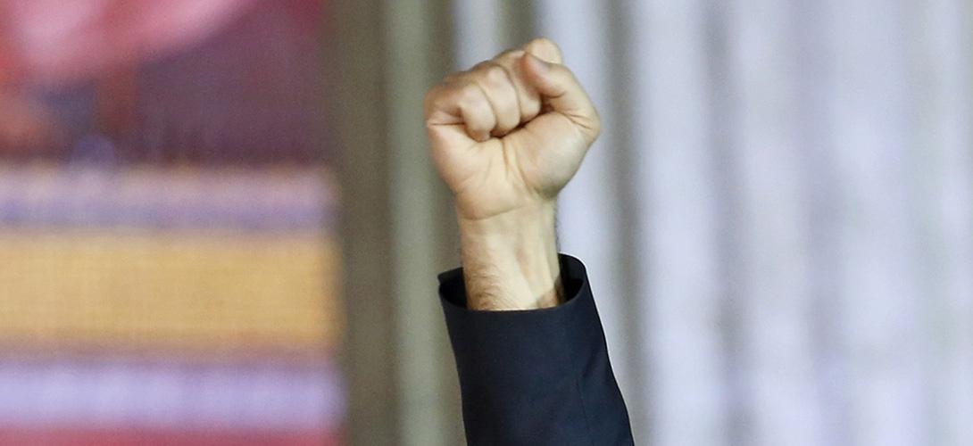 Le poing d'Alexis Tsipras, après sa victoire aux élections à Athènes, le 25 janvier 2015. REUTERS/Giorgos Moutafis